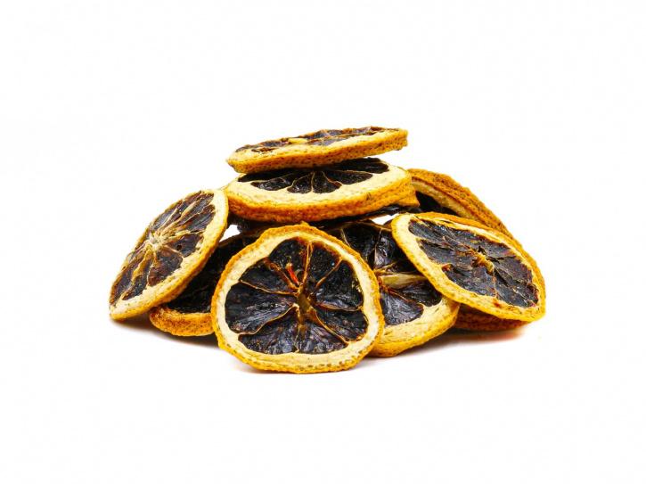 Schwarze fermentierte Limonen in Scheiben